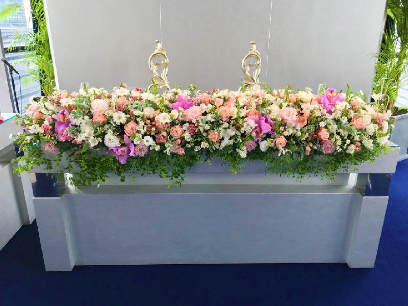 ナチュラルウェディング高砂装花ピンク白バラカトレア