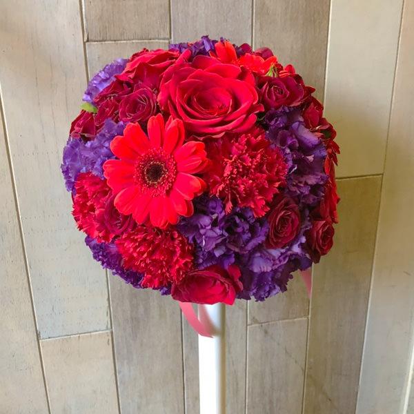 ウェディングラウンドブーケ赤紫バラガーベラ